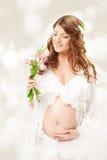 Kobieta w ciąży. Piękna brzemienność: długi kędzierzawy włosy i szyfon Fotografia Royalty Free