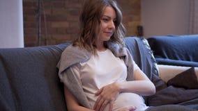 Kobieta w ciąży pieści jej brzuszek zdjęcie wideo