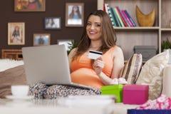 Kobieta w ciąży podczas online zakupy obrazy stock