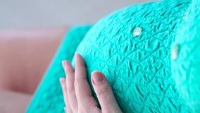 Kobieta w ciąży podsyca brzucha w sukni zbiory