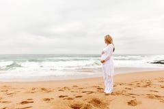 Kobieta w ciąży przyglądający morze obraz royalty free