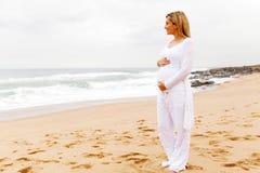 Kobieta w ciąży przypadkowi ubrania obraz royalty free