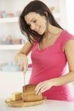 Kobieta W Ciąży Robi kanapce W kuchni W Domu Zdjęcia Royalty Free