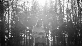 Kobieta w ciąży robi kierowemu kształtowi z jej palmami na brzuchu fotografia stock