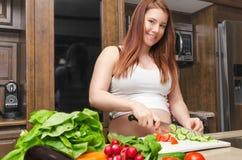 Kobieta w ciąży robi sałatki Zdjęcie Stock