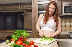 Kobieta w ciąży robi sałatki Obraz Royalty Free