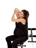 Kobieta w ciąży rozciąganie w gym Zdjęcia Royalty Free