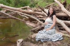 Kobieta w ciąży rzeką Fotografia Royalty Free