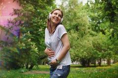 Kobieta w ciąży słucha muzyka na hełmofonach obrazy stock