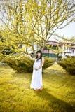 Kobieta w ciąży target1187_0_ w parku Zdjęcie Stock