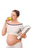Kobieta w ciąży target841_1_ zieloną książkę i jabłka Zdjęcia Stock