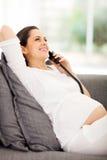 Kobieta w ciąży telefon Obraz Royalty Free