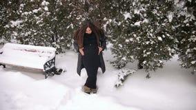 Kobieta w ciąży trzyma jej brzucha w zima parku zbiory