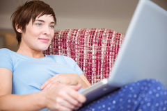 Kobieta w ciąży używa jej laptop Zdjęcie Royalty Free
