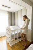 Kobieta w ciąży utworzenia dziecka ściąga ono uśmiecha się Zdjęcia Stock