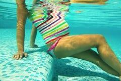 Kobieta w ciąży w basenie obrazy royalty free