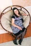 Kobieta w ciąży w krześle zdjęcia royalty free