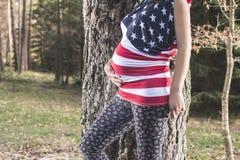 Kobieta w ciąży w lesie fotografia stock