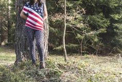 Kobieta w ciąży w lesie fotografia royalty free