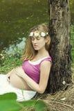 Kobieta w ciąży w naturze w jesieni Fotografia Stock