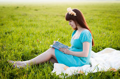 Kobieta w ciąży w polu Fotografia Stock