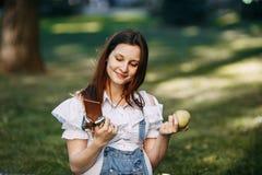Kobieta w ciąży wybiera między jabłkiem i czekoladą zdjęcie stock