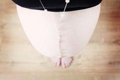 Kobieta w ciąży z białą kolią zdjęcie royalty free