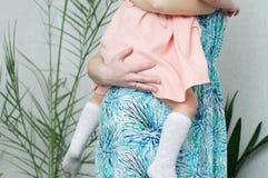 Kobieta w ciąży z córką, macierzyńska miłość, ciążowy brzuch kobieta z dzieckiem Oczekiwać dziecko narodziny w trzeci trymestrze Obraz Royalty Free