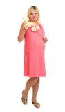 Kobieta w ciąży z kwiatami w czerwieni sukni Obrazy Royalty Free
