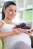 Kobieta w ciąży z owoc Zdjęcia Royalty Free
