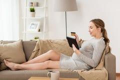 Kobieta w ciąży z pastylka komputerem osobistym i kredytową kartą Zdjęcie Stock