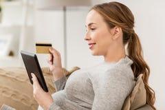 Kobieta w ciąży z pastylka komputerem osobistym i kredytową kartą Zdjęcie Royalty Free