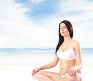 Kobieta w ciąży z pięknym brzuchem na plaży obrazy royalty free