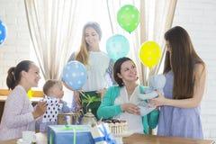 Kobieta W Ciąży Z przyjaciółmi Przy dziecko prysznic Fotografia Royalty Free