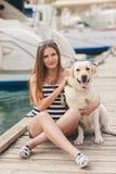 Kobieta w ciąży z psem na doku Zdjęcia Stock