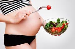 Kobieta w ciąży z pucharem warzywa Obrazy Royalty Free