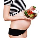 Kobieta w ciąży z pucharem warzywa Fotografia Stock
