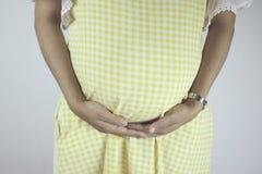 Kobieta w ciąży z rękami nad brzuszkiem Obraz Stock