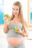 Kobieta w ciąży z sokiem i jabłkiem obrazy royalty free