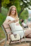 Kobieta w ciąży z telefon komórkowy zdjęcie stock