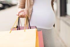 Kobieta w ciąży z torba na zakupy przy miastem Obrazy Stock