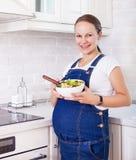 Kobieta w ciąży z zdrowym jedzeniem w kuchni Fotografia Royalty Free