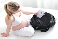 Kobieta w ciąży kocowania szpitalna torba Fotografia Royalty Free