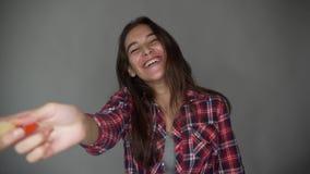 Kobieta w codziennych ubraniach, tanu i śpiewie, mienie muśnięcie naprawiać, wytłacza wzory naprawiać mieszkanie pokoje, odizolow zdjęcie wideo