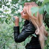 Kobieta w czarnej skórzanej kurtce Zdjęcie Royalty Free