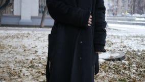 Kobieta w czarnym żakiecie blisko drzewa zbiory wideo