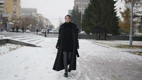 Kobieta w czarnym żakieta odprowadzeniu na ulicie zbiory wideo