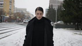 Kobieta w czarnym żakieta odprowadzeniu na ulicie zdjęcie wideo