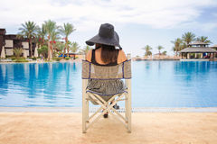 Kobieta w czarnym kapeluszu blisko basenu Obrazy Royalty Free