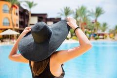 Kobieta w czarnym kapeluszu blisko basenu Zdjęcia Royalty Free